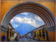 Bajo El Arco De Santa Catalina - Antigua
