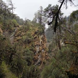 Cliffs Deurali Pass