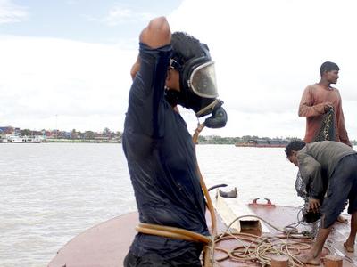 Myanmar  Coal  Divers