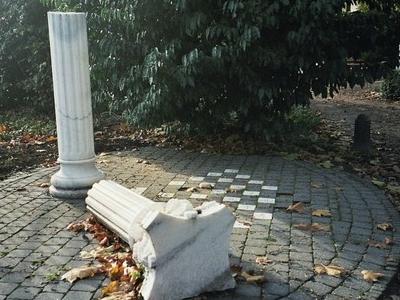 Gebroken Kolom, Writers' Monument