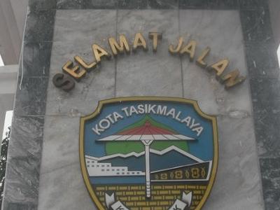 Lambang  Kota  Tasikmalaya Di Sebuah  Monumen  Perbatasan