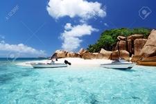 17874863 Speed Boot Am Strand Von Coco Island Seychellen Lizenzfreie Bilder