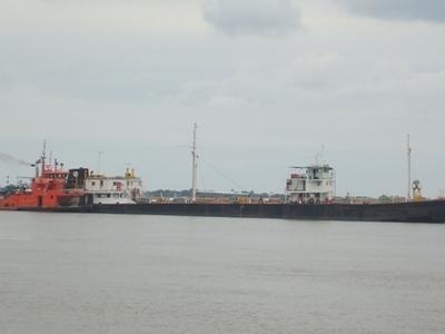 Barco En El  Rio  Paraguay
