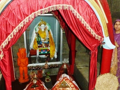 Mandi     Mata  Kuan  Rani  Temple Shrine And Attendant
