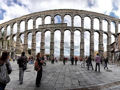 Segovia Acueducto Visitors