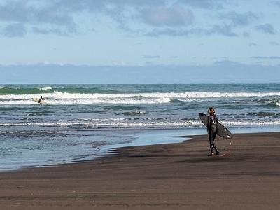 Surfers @ Piha Beach - Auckland