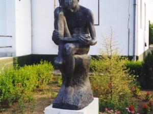 La escultura de un niño leyendo