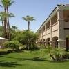 La Fuente Inn & Suites
